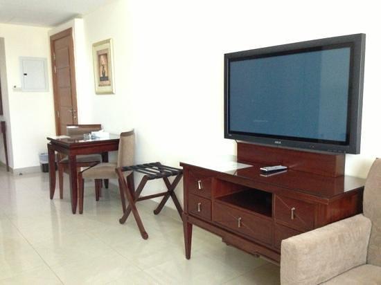 East Coast Hotel Apartments : studio tv