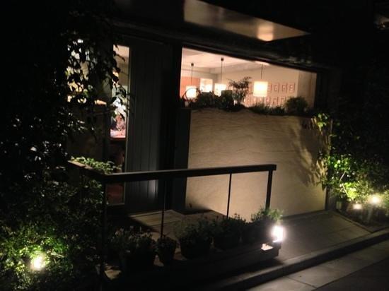 Les Chanterelles, Entrance