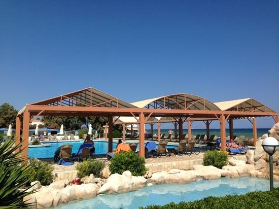 Aldemar Knossos Royal : pool by the beach
