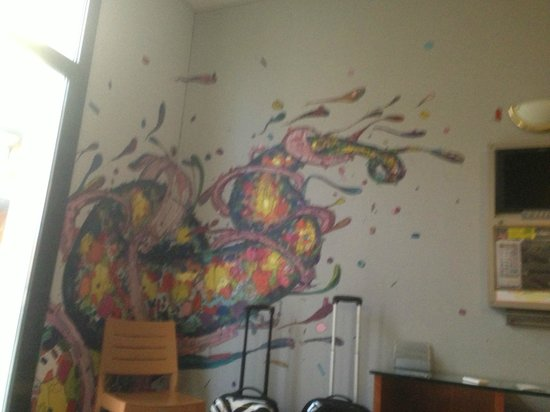 Hotel Plaza Inn: muurschilderingen in de kamer