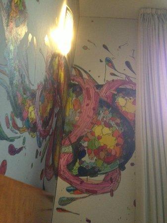 Hotel Plaza Inn: muurschilderen in de kamer