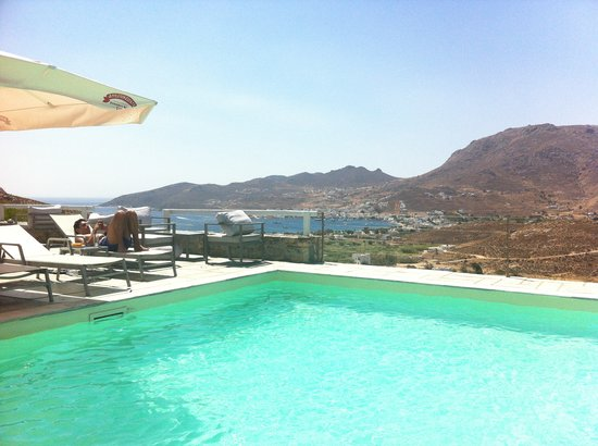 Rizes Hotel: Pool with Livadi (port) view