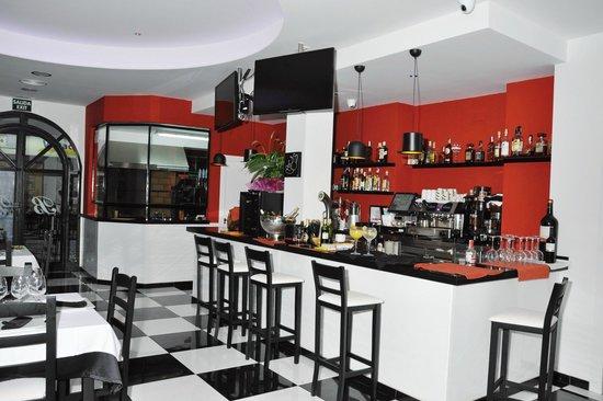 Black and White Bar & Restaurant