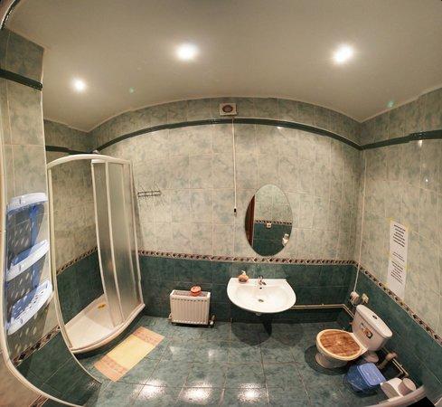 Chemodan Hostel: Ванная комната на 1-ом этаже