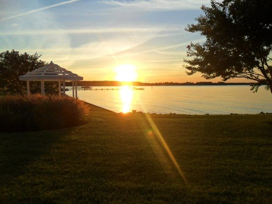 Harbourtowne Resort: View of the sunset on Chesapeake Bay from our patio