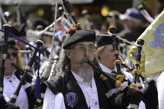 Aubigny-sur-Nere, ฝรั่งเศส: Franco-Scottish Festival Copyright Paul Grayson