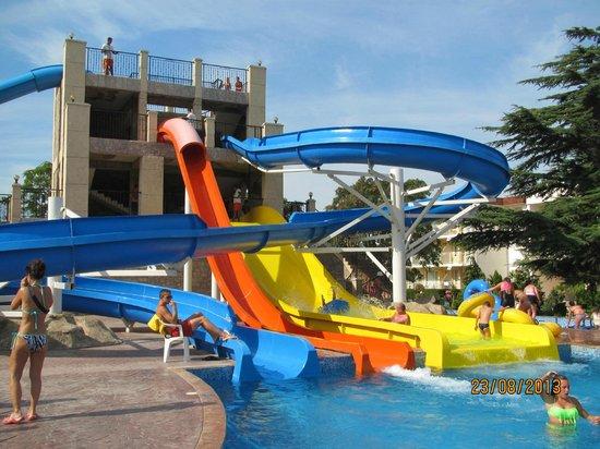 DIT Evrika Beach Club Hotel : Toboggans de l'hôtel