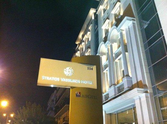 Stratos Vassilikos: cartel el hotel