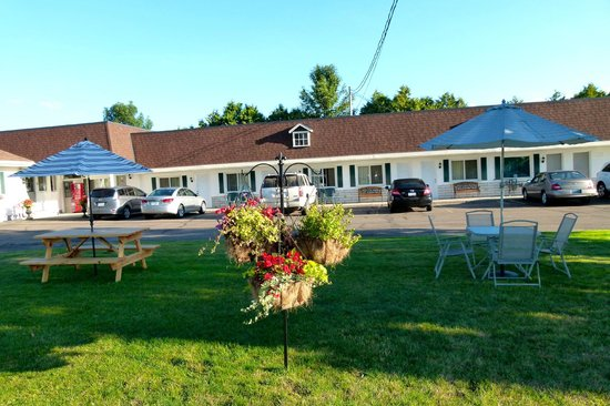 Country Squire Motel: Picnic and sitting area