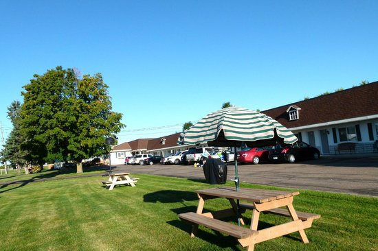 Country Squire Motel: Picnic and Barbeque area