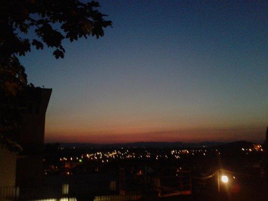 Il Melograno: tramonto dal giardino