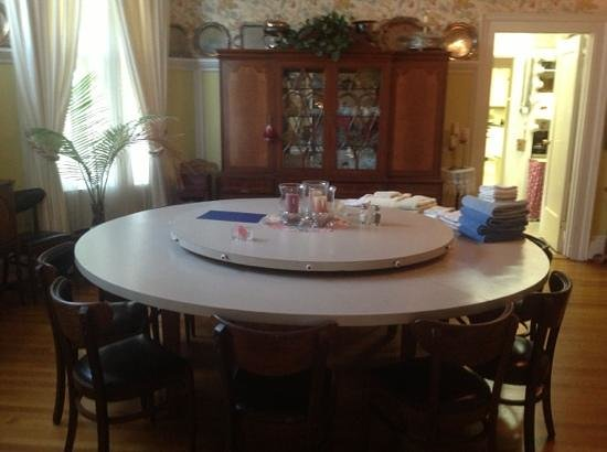 Rainbow Manor : Dining room and built in Lazy Susan