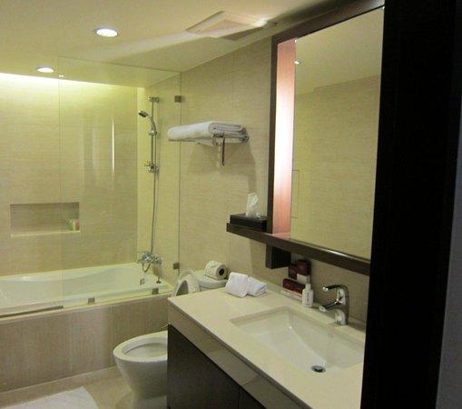 Oakwood Residence Sukhumvit Thonglor: Bathroom. Tub and shower.
