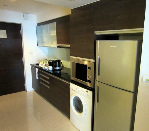 Oakwood Residence Sukhumvit Thonglor: Kitchenette. There's also a clothes washer and dryer.