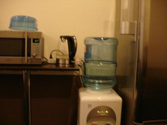Super Hostel on Lebedeva 10 : Кухонные принадлежности в коридоре