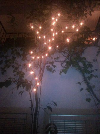 Ninays : Patio entre habitaciones de noche