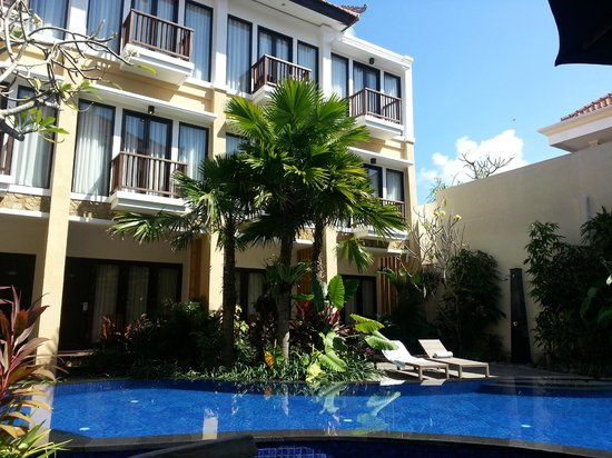 Suris Boutique Hotel : View of the pool and rooms