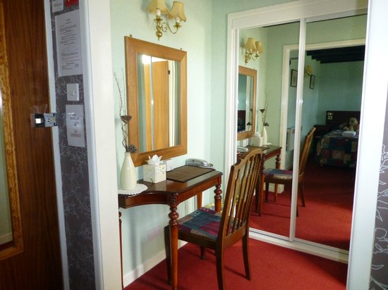 Steadings at the Grouse & Trout: Desk/dressing table in room