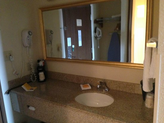 La Quinta Inn Hartford Bradley Airport : Spacious room