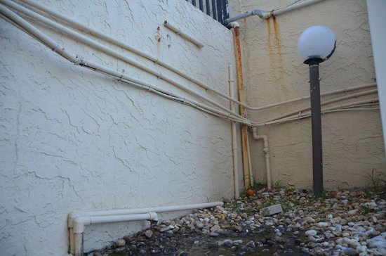 Beachside Motel: grounds need some detail work