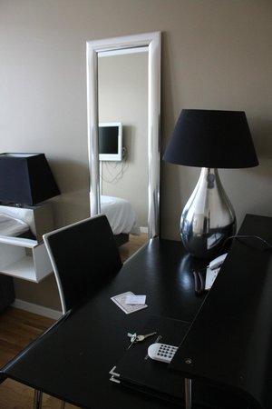 Hotel Aldoria: la zona scrivania, con lo specchio a figura intera