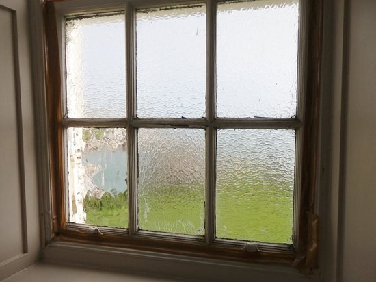 The Portpatrick Hotel : taped window in superior bathroom