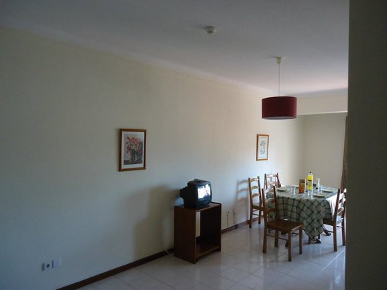 Flor da Rocha : the living room with cable tv