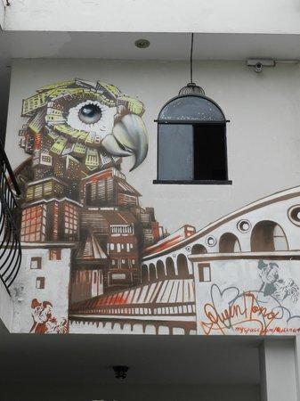 LOKI Lima: Ambiente todo decorado com pinturas animadas