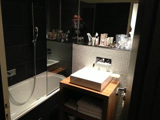 Fred Hotel : bagno camera tripla