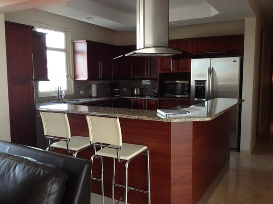 Ciqala Luxury Suites: Fabulous kitchen with granite countertops and GE profile appliances