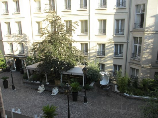 Hotel Les Jardins du Marais: View of courtyard from room 43 Eiffel