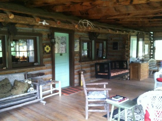 Los Pinos Guest Ranch : Huge porch with tables for games, plenty of reading material and seating, even this swing settee
