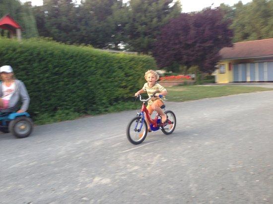 Camping des Oiseaux: Louis à vélo dans le camping