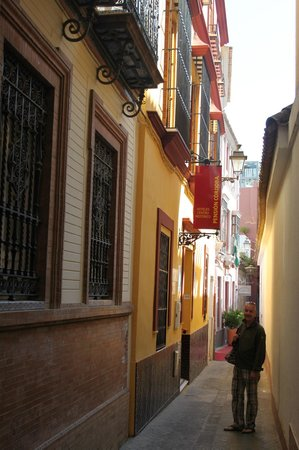Pension Cordoba: the entrance in Calle Farnesio