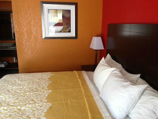 Days Inn Liberty/NE Kansas City : My room with king size bed
