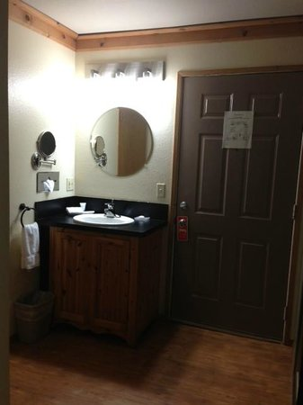 River House Inn : Sink area, outside bathroom.