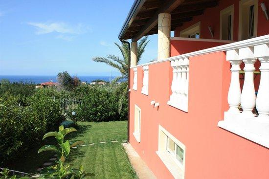 Hotel Residence Borgo di Santa Barbara: Patio esterno