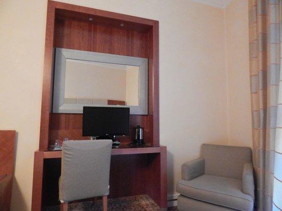 Hotel Opera Roma: столик