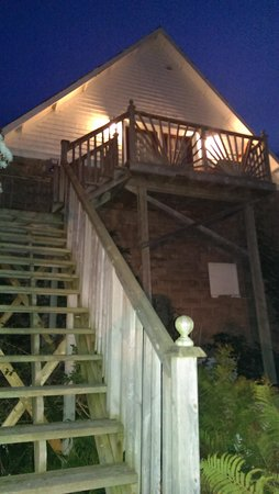The Colonel's Inn: Evening view of the Carriage House and entrance to the Jacuzzi Loft