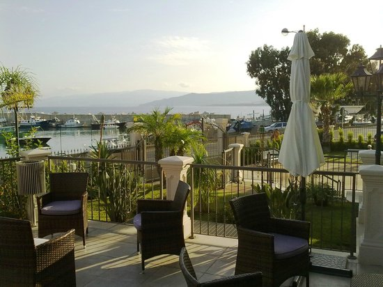 Best Western Plus Hotel Perla del Porto: another view of the terrace from the hotel