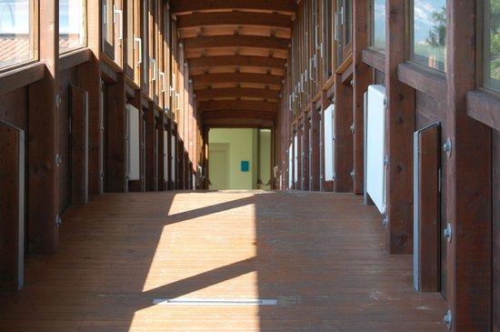 Novidra Resort & Spa: ponticello in legno che collega l'hotel alla piscina