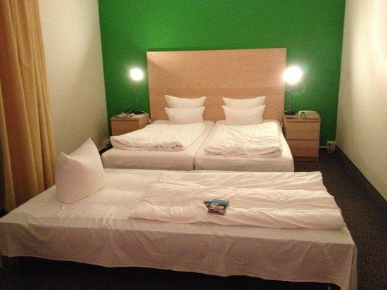 SORAT Hotel Ambassador Berlin : letto matrimoniale + letto aggiunto