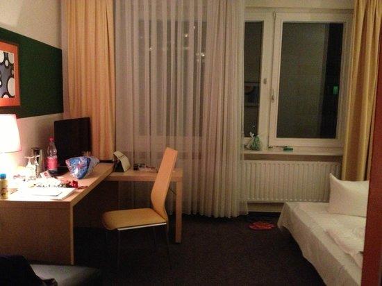 SORAT Hotel Ambassador Berlin: scrivania con televisore