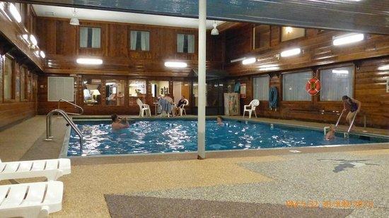 Ambassador Inn & Suites : Interior pool