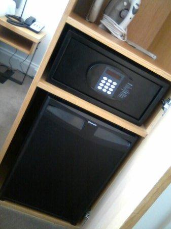Pensione Hotel Perth: In room safe & mini fridge