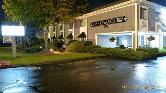 Ambassador Inn & Suites : Frontage