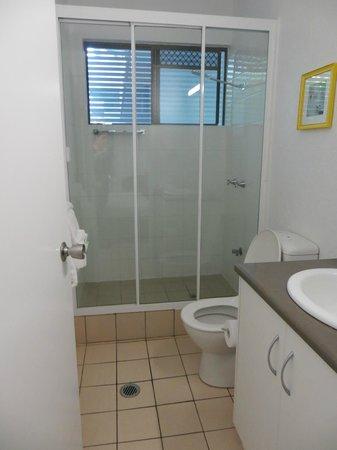 By The Sea Port Douglas: Bathroom