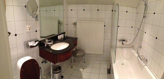 First Hotel Reisen: bathroom