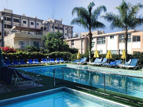 Estella Hotel Apartments: Zona piscina