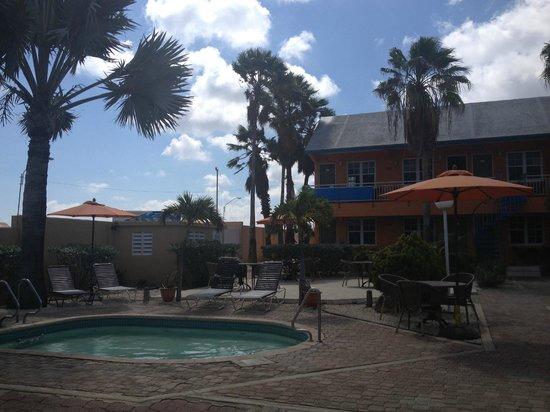 MVC Eagle Beach: Area piscina